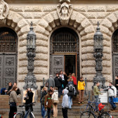 Students in front of the Bibliotheca Albertina of the University of Leipzig.